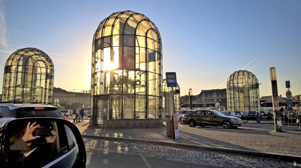 2018-10-05 17h12 Prag (6) Wilsonova + Metro- + Bushaltestelle am Hauptbahnhof Praha Hlavní Nádraží